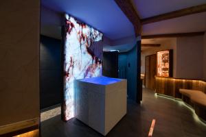 Nach einem Saunagang erfrischt der Eisbrunnen im Hotel-Gasthof Adler